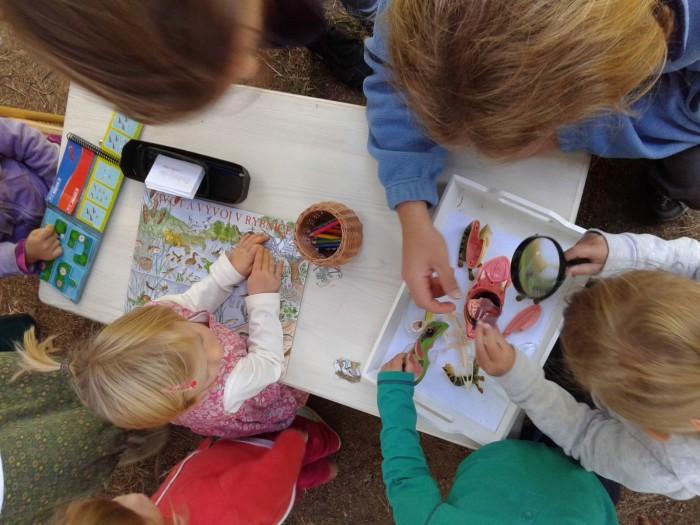 návštěvníci rodinného dne zkoumají pomůcky o vodním prostředí